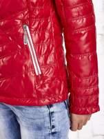Ciemnoczerwona pikowana kurtka z wykończeniem w groszki                                  zdj.                                  9