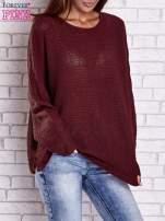 Ciemnoczerwony sweter oversize z rozcięciami po bokach                                  zdj.                                  2