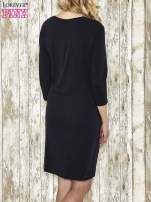 Ciemnogranatowa sukienka dresowa z aplikacją NEVER ORDINARY z cyrkonii                                  zdj.                                  2