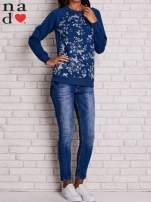 Ciemnoniebieska bluza z kwiatowym nadrukiem                                  zdj.                                  2