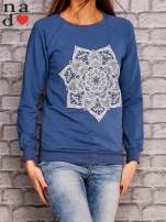 Ciemnoniebieska bluza z ornamentowym nadrukiem                                  zdj.                                  3