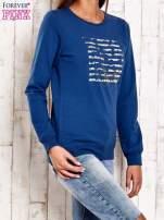 Ciemnoniebieska bluza z tekstowym nadrukiem                                                                          zdj.                                                                         3