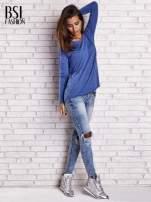 Ciemnoniebieska bluzka z surowym wykończeniem                                  zdj.                                  2