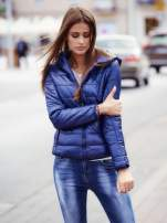 Ciemnoniebieska przejściowa kurtka z kapturem i kieszeniami                                  zdj.                                  1