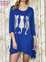 Ciemnoniebieska sukienka damska z nadrukiem kotów