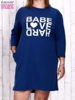 Ciemnoniebieska sukienka dresowa z napisem BABE PLUS SIZE                                  zdj.                                  1