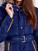Ciemnoniebieska zimowa kurtka z futrzanym kapturem i paskiem                                  zdj.                                  6