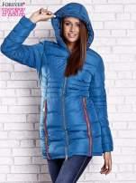 Ciemnoniebieski pikowany płaszcz ze złotymi suwakami                                  zdj.                                  6