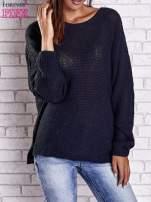Czarny sweter oversize z rozcięciami po bokach