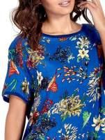 Ciemnoniebieski t-shirt we wzór roślinny                                  zdj.                                  3