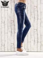 Ciemnoniebieskie jeansy rurki z przetarciami                                  zdj.                                  2