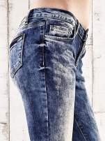 Ciemnoniebieskie marmurkowe regular jeans                                  zdj.                                  5