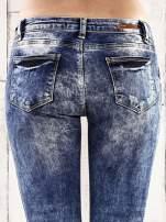Ciemnoniebieskie marmurkowe regular jeans                                  zdj.                                  6
