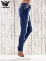 Ciemnoniebieskie marmurkowe spodnie skinny jeans                                                                          zdj.                                                                         2