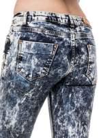Ciemnoniebieskie mocno dekatyzowane spodnie jeansowe rurki z przetarciami                                  zdj.                                  5
