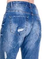 Ciemnoniebieskie spodnie boyfriend jeans z efektem destroyd                                  zdj.                                  8
