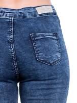 Ciemnoniebieskie spodnie jeansowe marmurki z wysokim stanem