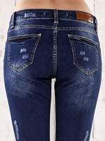 Ciemnoniebieskie spodnie regular jeans z dziurami                                  zdj.                                  6