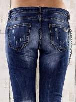 Ciemnoniebieskie spodnie regular jeans z łańcuszkiem                                  zdj.                                  6