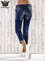 Ciemnoniebieskie spodnie regular jeans z łańcuszkiem                                  zdj.                                  2
