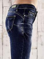 Ciemnoniebieskie spodnie rurki z dekatyzowaniem i przetarciami                                  zdj.                                  5