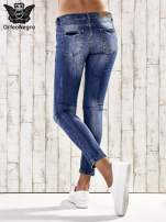 Ciemnoniebieskie spodnie rurki z przetarciami                                  zdj.                                  2