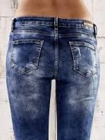 Ciemnoniebieskie spodnie skinny jeans z przetarciami                                                                          zdj.                                                                         6