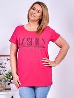 Ciemnoróżowy t-shirt z napisem z perełek PLUS SIZE                                  zdj.                                  1