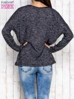 Ciemnoszara melanżowa bluzka ze skórzaną kieszonką                                  zdj.                                  4