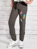 Ciemnoszare spodnie dresowe dla dziewczynki z letnim nadrukiem                                  zdj.                                  1