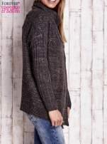 Ciemnoszary melanżowy sweter z szerokim kołnierzem                                  zdj.                                  3