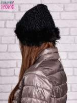 Czarna czapka o szerokim splocie z futrzanym wykończeniem                                  zdj.                                  2