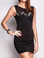 Czarna dopasowana sukienka z błyszczącą aplikacją                                   zdj.                                  3