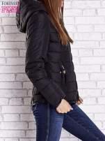 Czarna pikowana kurtka ze złotymi suwakami                                                                          zdj.                                                                         4