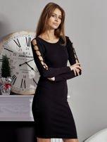 Czarna sukienka codzienna ze złotymi kółkami na rękawach                                  zdj.                                  5