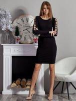Czarna sukienka codzienna ze złotymi kółkami na rękawach                                  zdj.                                  4