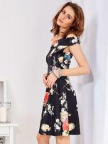 Czarna sukienka w bogate kwiatowe wzory                                  zdj.                                  3