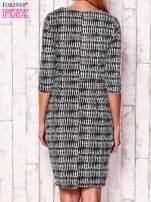 Czarna sukienka w graficzne wzory z rękawem 3/4                                  zdj.                                  4