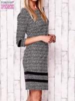 Czarna sukienka z graficznym nadrukiem i materiałowymi wstawkami                                  zdj.                                  2