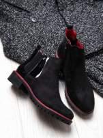 Czarne botki z czerwoną lamówką na traktorowej podeszwie                                  zdj.                                  2