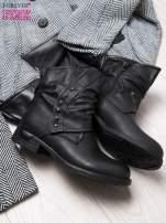 Czarne botki z guziczkami i asymetryczną cholewką za kostkę