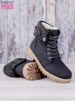 Czarne buty trekkingowe traperki ocieplane z wywiniętą wełnianą cholewką i ozdobnym zapięciem                                                                          zdj.                                                                         2