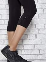 Czarne legginsy sportowe z dżetami i marszczoną nogawką za kolano                                  zdj.                                  5