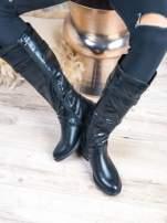 Czarne skórzane kozaki ma płaskim obcasie na suwak z paskiem z przodu                                  zdj.                                  3