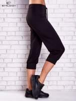 Czarne spodnie capri z kieszonką na suwak z boku                                  zdj.                                  2