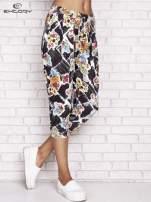 Czarne spodnie capri z kwiatowym motywem                                  zdj.                                  1