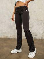 Czarne spodnie dresowe z aplikacją                                  zdj.                                  5