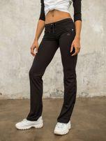 Czarne spodnie dresowe z aplikacją                                  zdj.                                  6