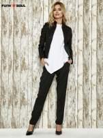 Czarne spodnie materiałowe z białym lampasem                                  zdj.                                  4