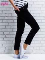 Czarne spodnie regular jeans z dżetami w pasie                                  zdj.                                  3